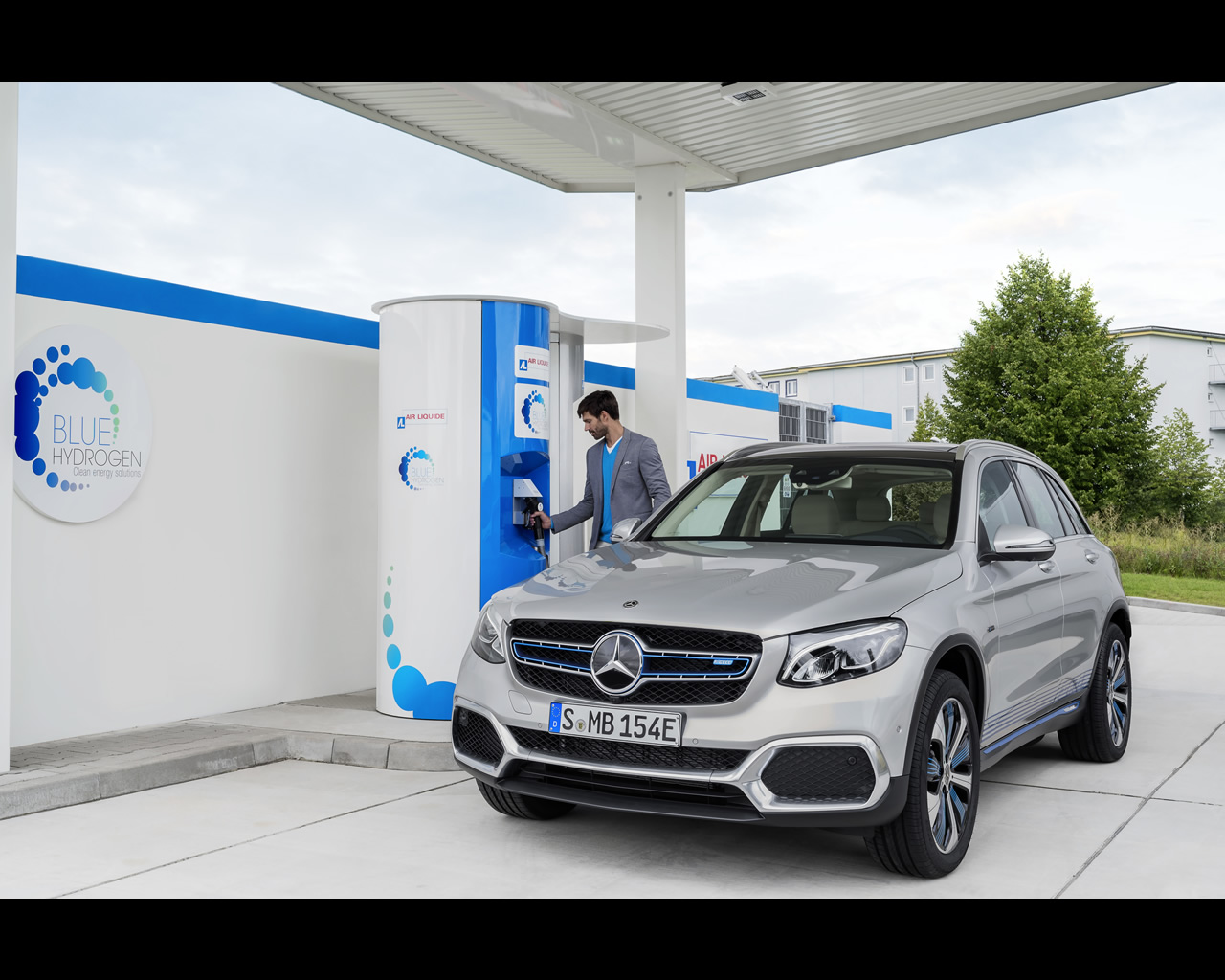 http://autoconcept-reviews.com/cars_reviews/mercedes/mercedes-benz-glc-f-cell-hydrogen-fuel-cell-and-plug-in-electric-preproduction-model-2017/wallpapers/6-Mecedes%20Benz%20GLC%20F-CELL%202017.jpg